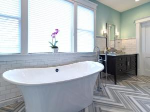 herringbone-tile-floor_Joni-Spear-gray-black-white-electic-bathroom-tub-tile_h_jpg_rend__hgtvcom_1280_960